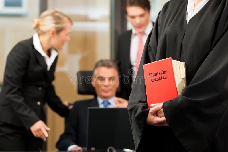 Zaken - teamvergadering in een wetsfirma royalty-vrije stock afbeeldingen