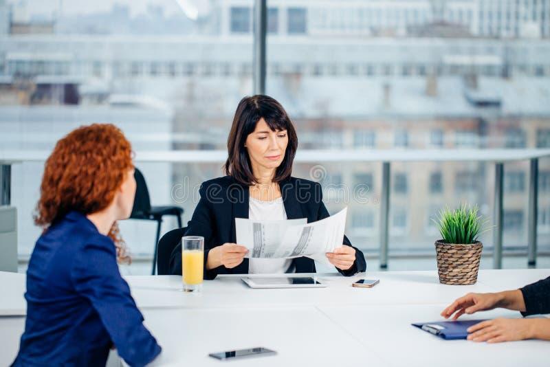 Zaken, technologie en bureauconcept - glimlachende vrouwelijke werkgever die aan team spreken royalty-vrije stock foto's