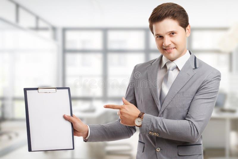 Zaken, technologie, Internet en voorzien van een netwerkconcept Jonge succesvolle ondernemer in het het werkproces stock afbeelding