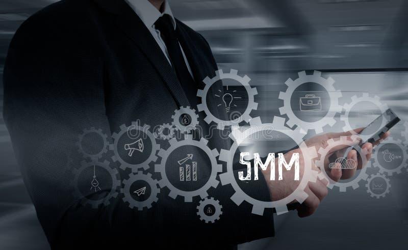 Zaken, technologie, Internet en voorzien van een netwerkconcept SMM - Sociale Media die op de virtuele vertoning op de markt bren stock afbeelding