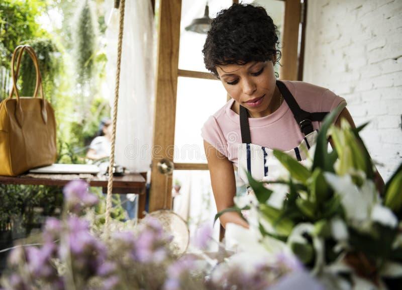 Zaken van bloemwinkel met vrouweneigenaar stock foto