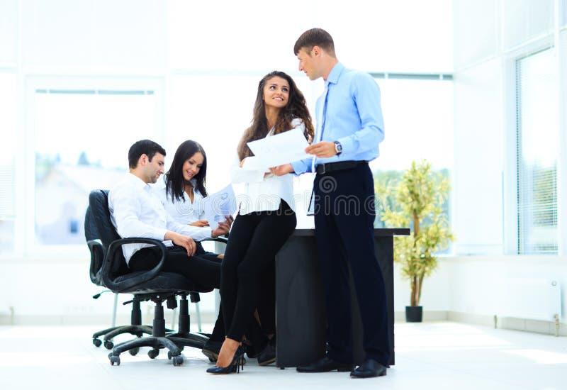 Zaken - vergadering in bureau stock afbeeldingen