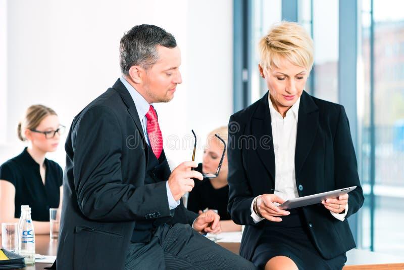 Zaken - vergadering in bureau, hogere managers royalty-vrije stock afbeeldingen