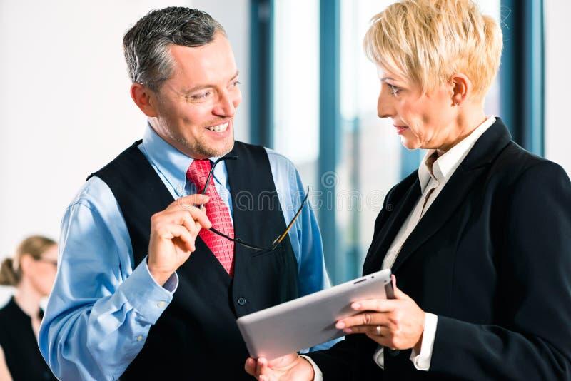 Zaken - vergadering in bureau, hogere managers stock fotografie