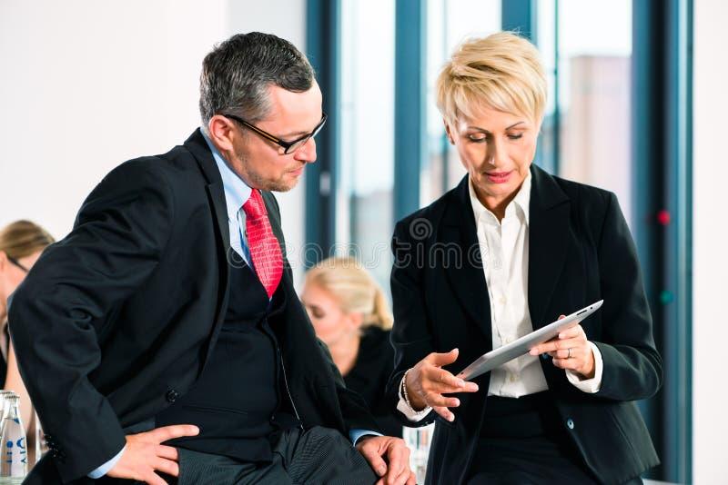 Zaken - vergadering in bureau, hogere managers stock afbeeldingen