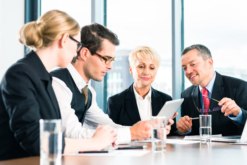 Zaken - vergadering in bureau, mensen die met document werken stock foto