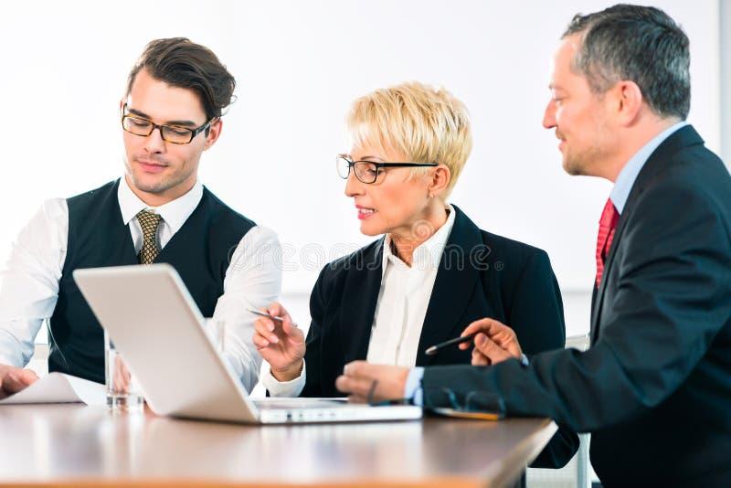 Zaken - vergadering in bureau, mensen die met document werken stock afbeeldingen