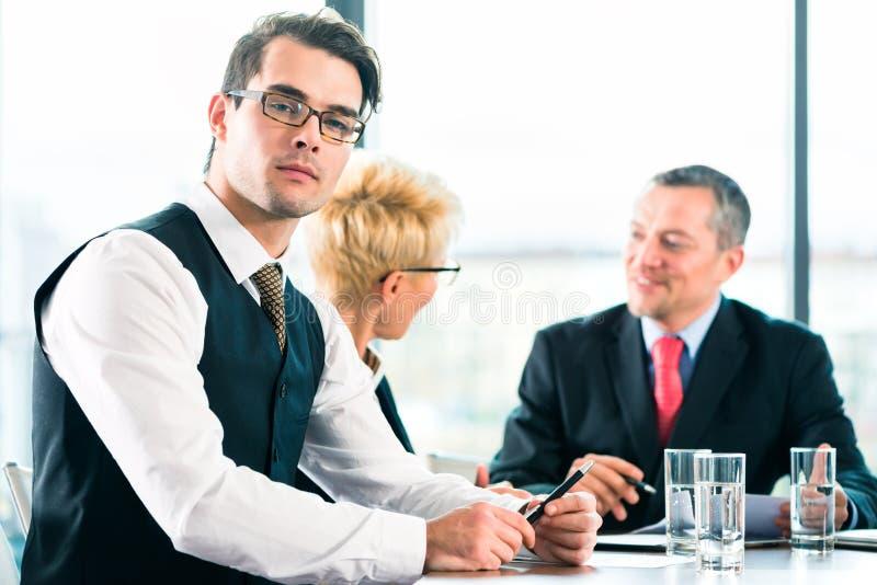 Zaken - vergadering in bureau, mensen die met document werken royalty-vrije stock afbeeldingen