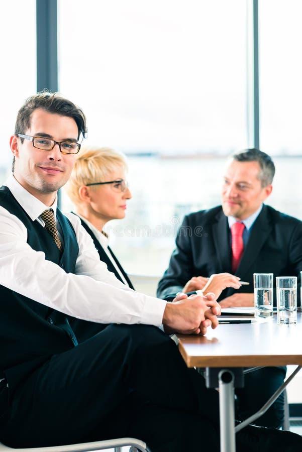 Zaken - vergadering in bureau, mensen die met document werken stock fotografie