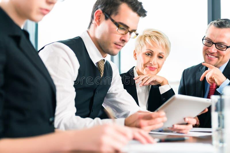 Zaken - vergadering in bureau, team die met tablet werken royalty-vrije stock afbeelding