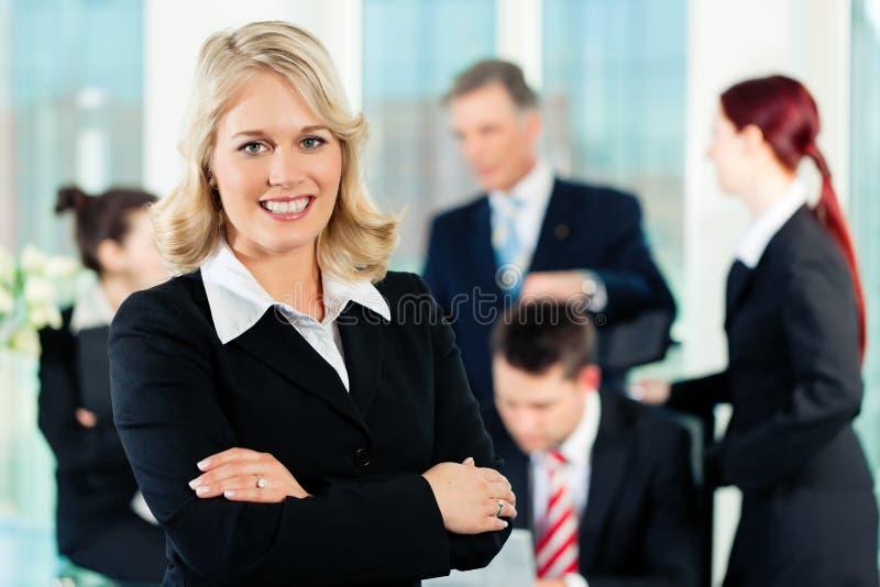 Zaken - vergadering in een bureau stock afbeelding