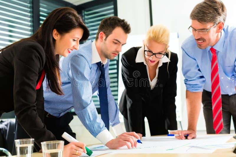 Zaken - Mensen in bureau die als team werken stock fotografie