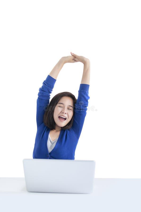 Zaken woman do stretch met laptop vooraan stock afbeeldingen