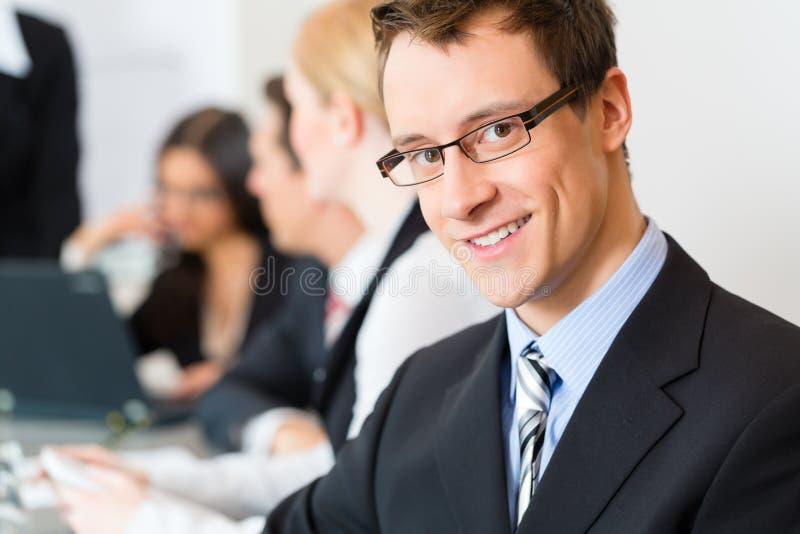 Zaken - zakenlui, vergadering en presentatie in bureau royalty-vrije stock foto's