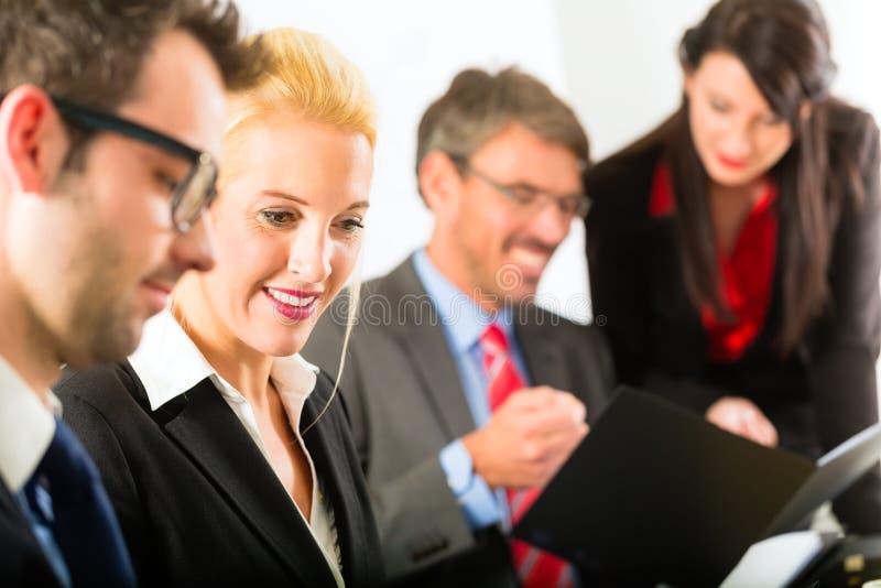 Zaken - zakenlui, vergadering en presentatie in bureau stock fotografie