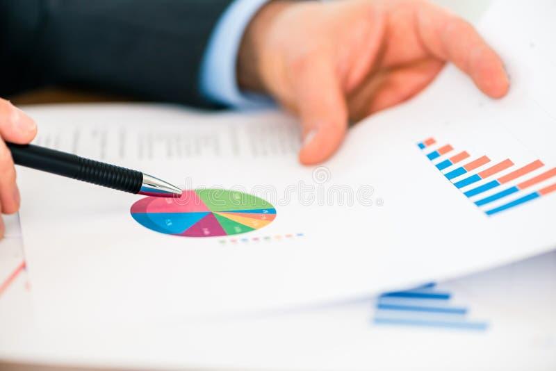 Zaken - Zakenman die met grafiek en diagram werken stock afbeeldingen