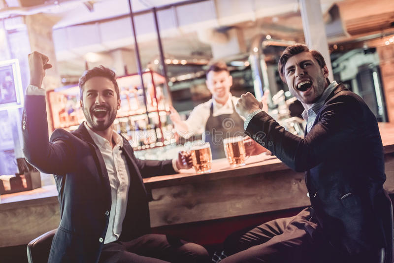 Zakenlieden in bar stock foto