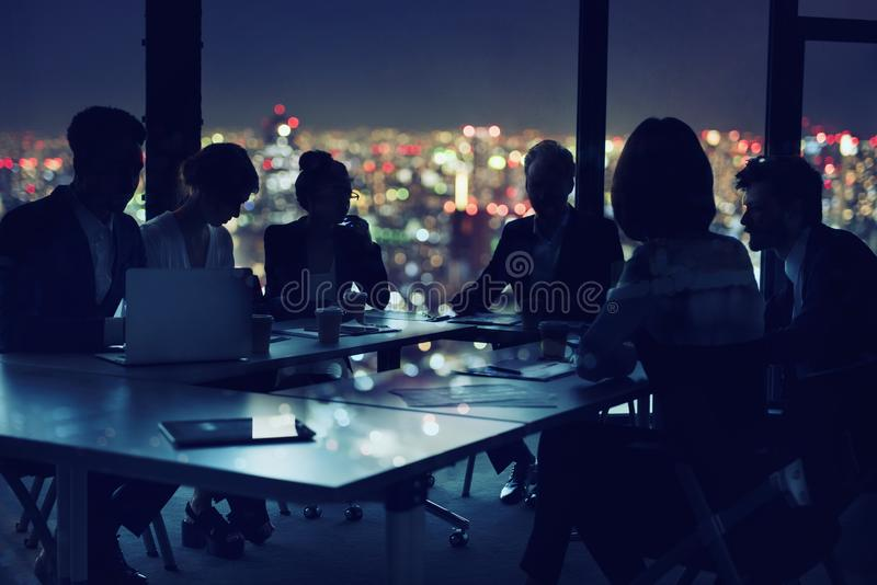 Zakenlieden die in bureau bij nacht samenwerken Concept groepswerk en vennootschap royalty-vrije stock afbeeldingen