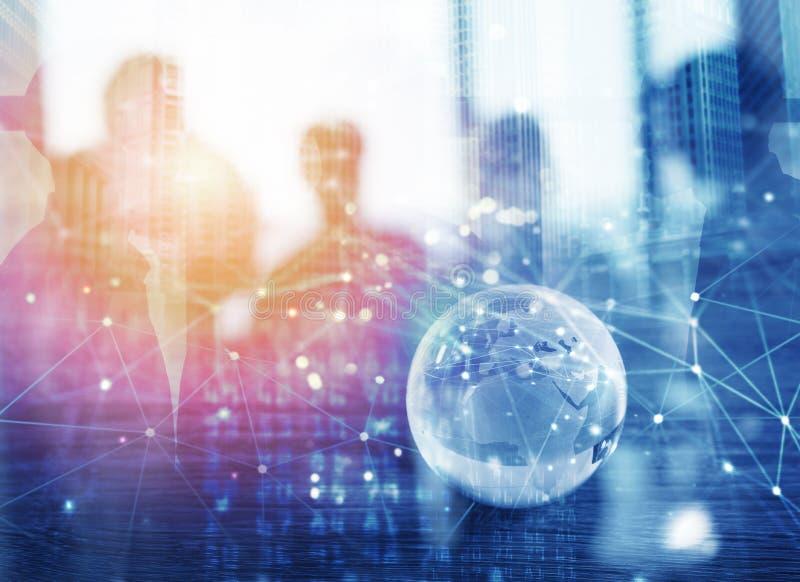 Zakenlieden die in bureau met het globale effect van de netwerkverbinding samenwerken Concept groepswerk en vennootschap stock afbeeldingen