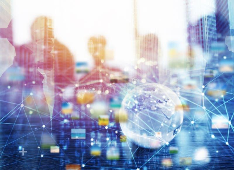 Zakenlieden die in bureau met het globale effect van de netwerkverbinding samenwerken Concept groepswerk en vennootschap stock foto