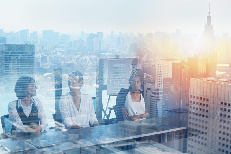 Zakenlieden die in bureau samenwerken Concept groepswerk en vennootschap Dubbele blootstelling royalty-vrije stock fotografie