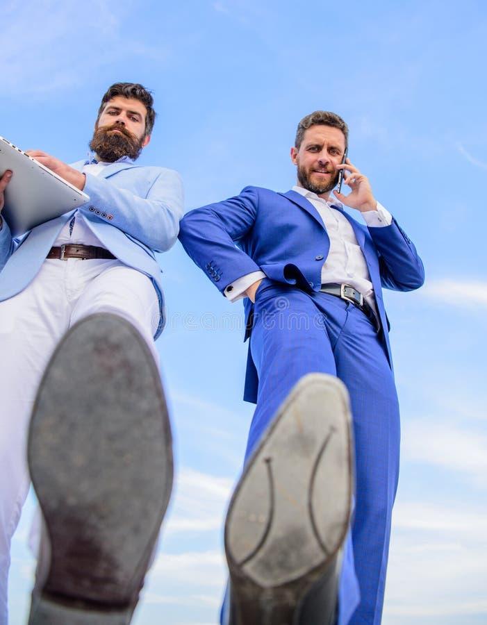 Zakenlieden die de mening van de stapbodem maken Bedrijfstechnologieën komst Partner bezig met telefoongesprek die zich vooruit b stock fotografie