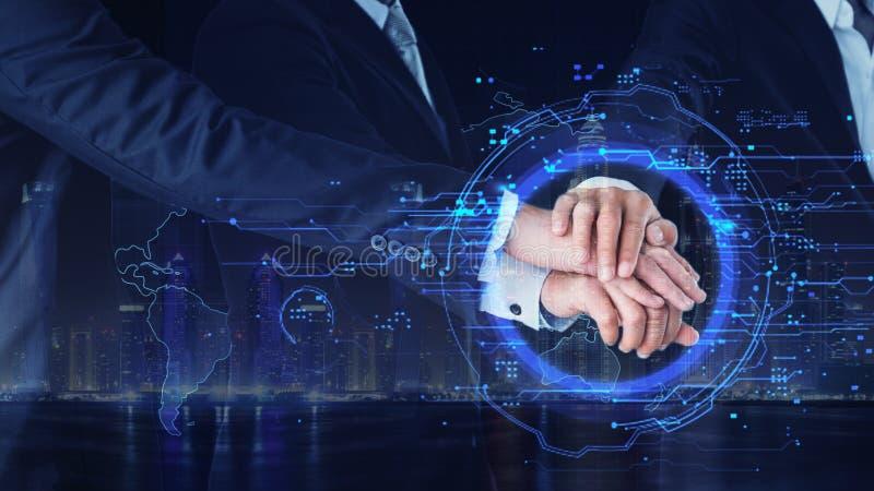 Zakenlieden die handen samen in concept commercieel bedrijf voor toekomst hebben royalty-vrije stock afbeelding