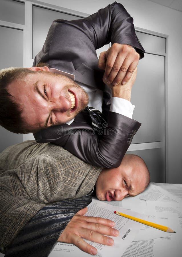 Zakenlieden die in het bureau vechten royalty-vrije stock foto