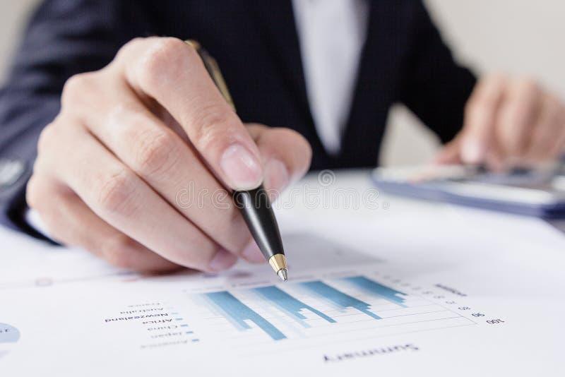 Zakenlieden die met grafiekgegevens op kantoor, de taak van Financiënmanagers, Conceptenzaken en investering werken royalty-vrije stock afbeelding