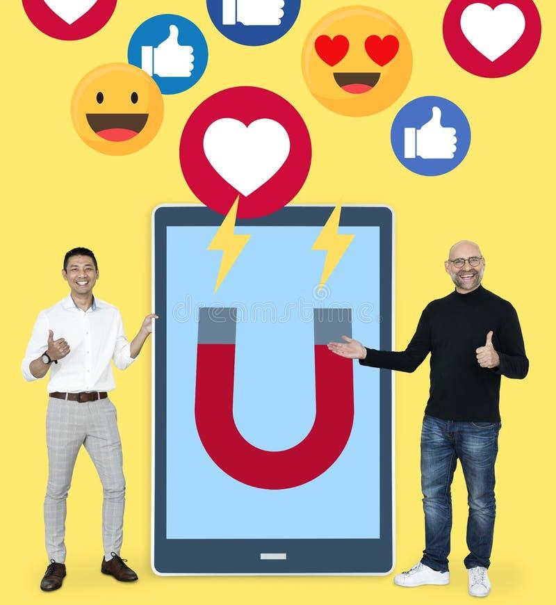 Zakenlieden die met sociale media ideeën op de markt brengen royalty-vrije stock foto