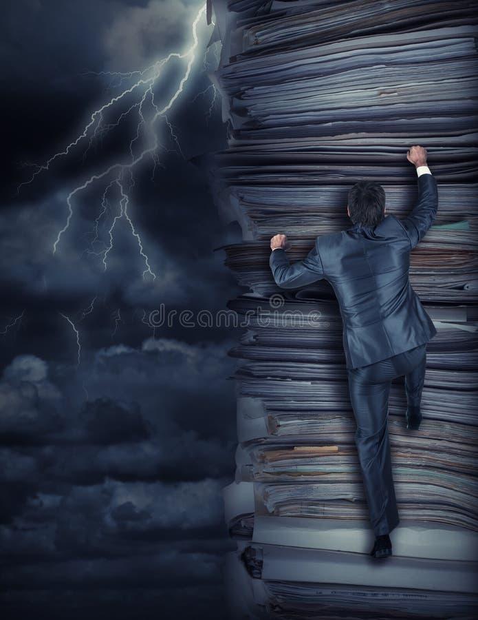 Zakenlieden die omhoog bij onweer beklimmen royalty-vrije stock afbeelding