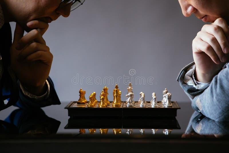 Zakenlieden die schaak samen spelen royalty-vrije stock afbeeldingen