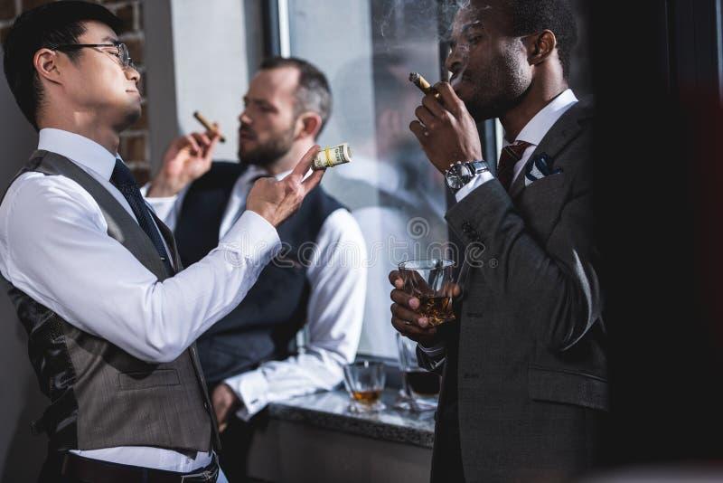Zakenlieden die sigaren roken samen tijdens onderbreking royalty-vrije stock fotografie