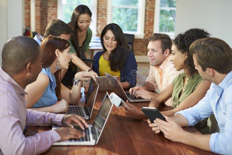 Zakenlieden en Onderneemstersvergadering om Ideeën te bespreken royalty-vrije stock afbeelding