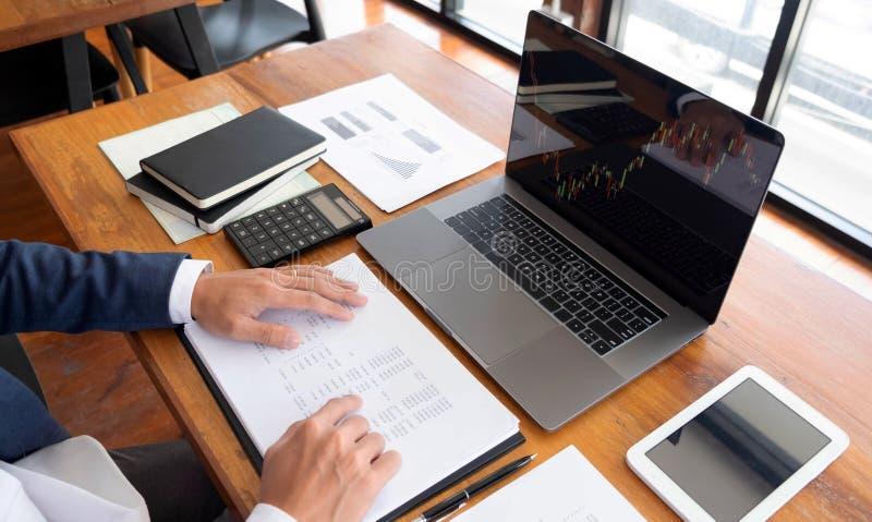 Zakenlieden, financiën, het rekenschap gevende werk, lopende rekeningen, gebruikend calculators en vindend informatie royalty-vrije stock afbeelding