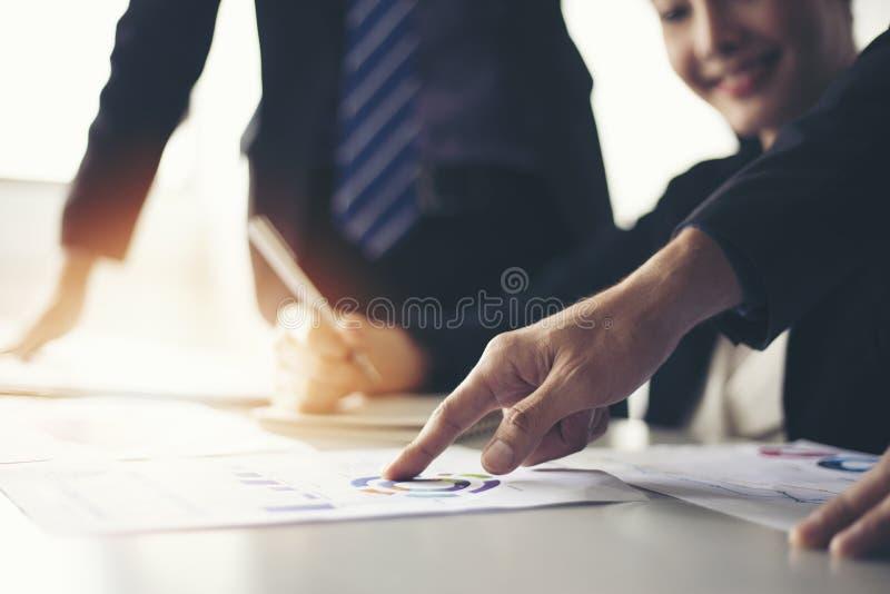 Zakenlieden het werken en punt op grafiek financieel diagram en Ana stock fotografie