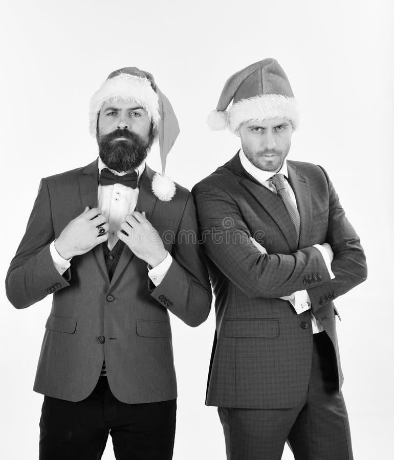Zakenlieden met zeker gezichten huidig team De collega's met baarden worden klaar voor Kerstmis Kerstmis collectieve partij royalty-vrije stock afbeeldingen