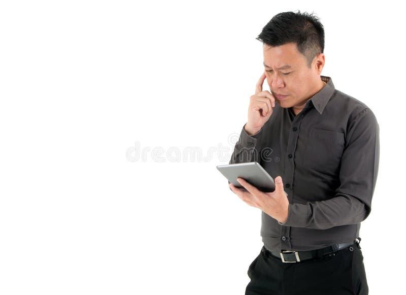 Zakenlieden worden om op de digitale die tablet te kijken op witte achtergrond wordt geïsoleerd geconcentreerd die royalty-vrije stock foto