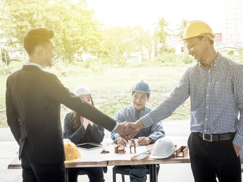 Zakenliedenarchitecten die handen schudden architect in het bureau wordt ontmoet om bedrijfsprojecten te bespreken dat Succesvoll stock fotografie