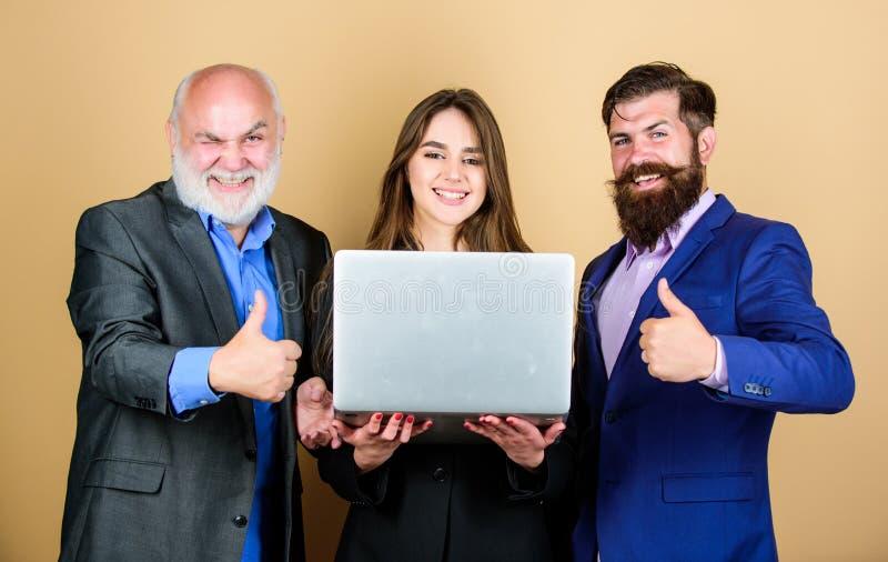 Zakenliedenteam communicatie vergadering Moderne technologie Het online werk de partners bespreken probleem zeker royalty-vrije stock foto