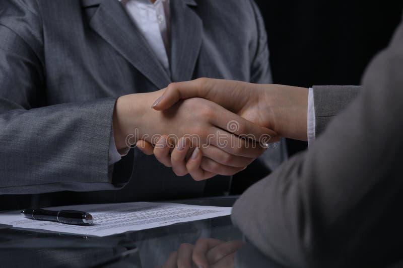 Zakenlui of advocaten die handen schudden op vergadering Close-up van menselijke handen op het werk Het ondertekenen van contract stock foto's