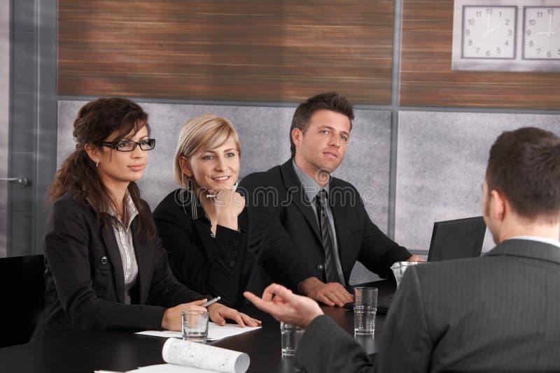 Zakenlui die baangesprek leiden stock foto's