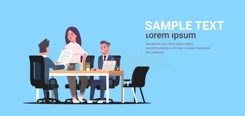 Zakenlui die contract bespreken tijdens de collega'spartners die van de bedrijfsontwikkelingsvergadering met mede-investering wer stock illustratie