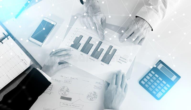Zakenlui die een bespreking over financieel verslag hebben; lichteffect vector illustratie