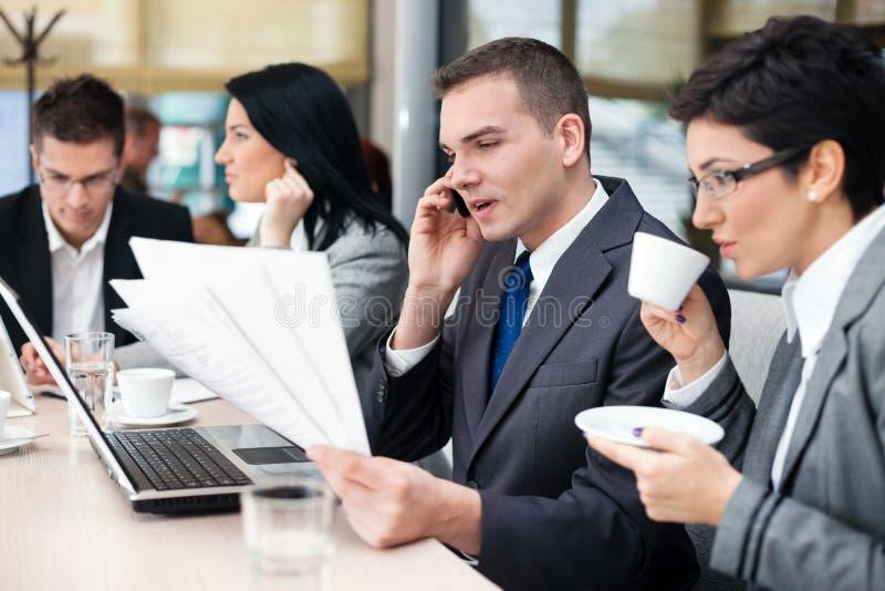 Zakenlui die een commerciële vergadering hebben die laptop computer met behulp van royalty-vrije stock foto's