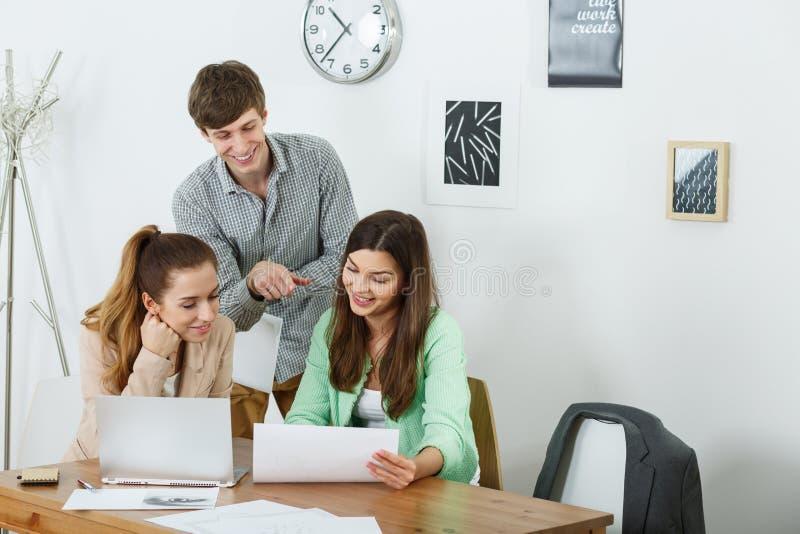 Zakenlui die familiebedrijf leiden stock afbeelding