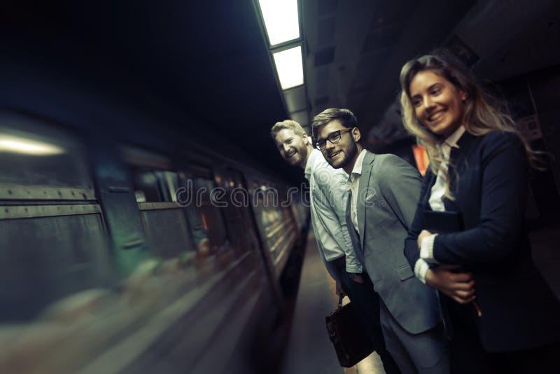 Zakenlui die metro met behulp van stock afbeelding