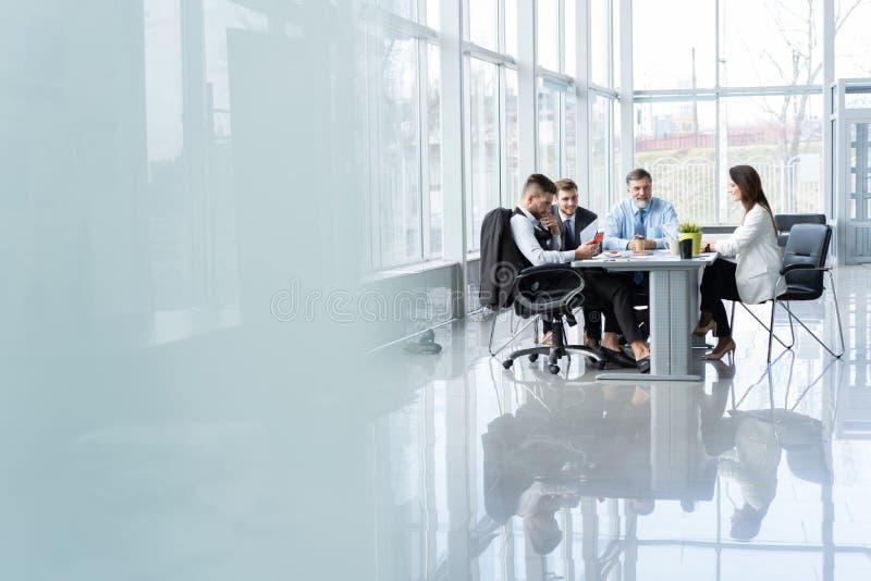 Zakenlui die samen in conferentieruimte tijdens vergadering op kantoor bespreken royalty-vrije stock afbeelding