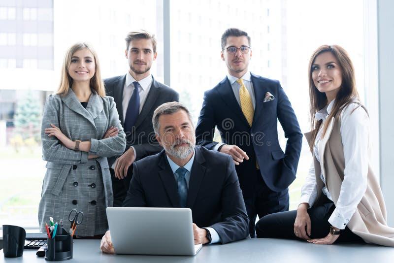Zakenlui die samen in conferentieruimte tijdens vergadering op kantoor bespreken stock foto's