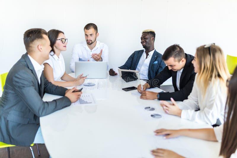 Zakenlui die samen in conferentieruimte tijdens vergadering op kantoor bespreken Het werk van het team royalty-vrije stock afbeeldingen